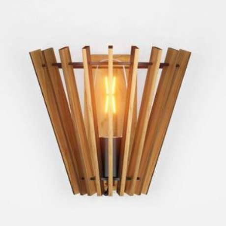 23. Arandela rústica de madeira – Via: Revista VD