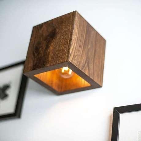4. Arandela rústica de madeira quadrada – Via: Pinterest