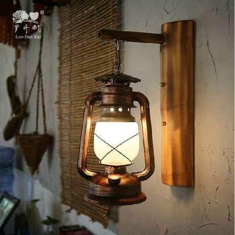 25. Arandela rústica em casa feita com lampião – Via: Garimpo 89