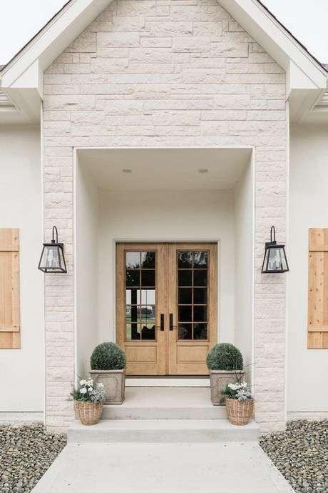 27. Ilumine a entrada de casa com arandela rústica – Via: Hunker
