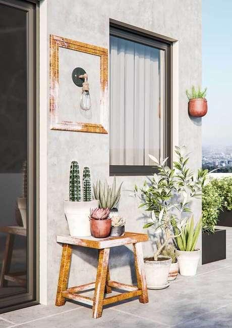 36. Arandela rústica na varanda de casa – Via: Pinterest