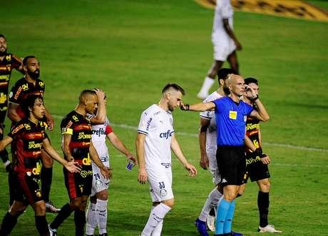 Árbitro Dyorgines Jose Padavani de Andrade (de azul) se comunica com equipe do VAR durante o jogo entre Sport X Palmeiras