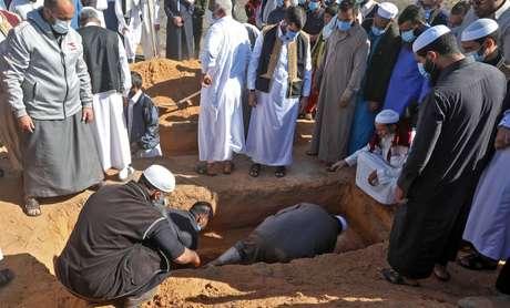 Um dos corpos exumados recebe um enterro adequado em 13 de novembro de 2020