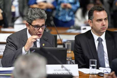 O líder do PT no Senado, Rogério Carvalho (esq.), ao lado do senador Rodrigo Pacheco (DEM), candidato à presidência da Casa