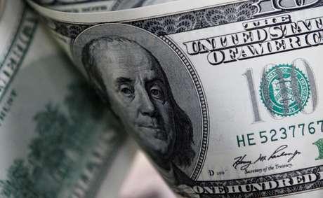Notas de 100 dólares dos EUA são vistas nesta ilustração fotográfica feita em Seul, em 7 de fevereiro de 2011. REUTERS/Lee Jae-Won