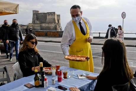 Restaurante na orla de Nápoles, no sul da Itália