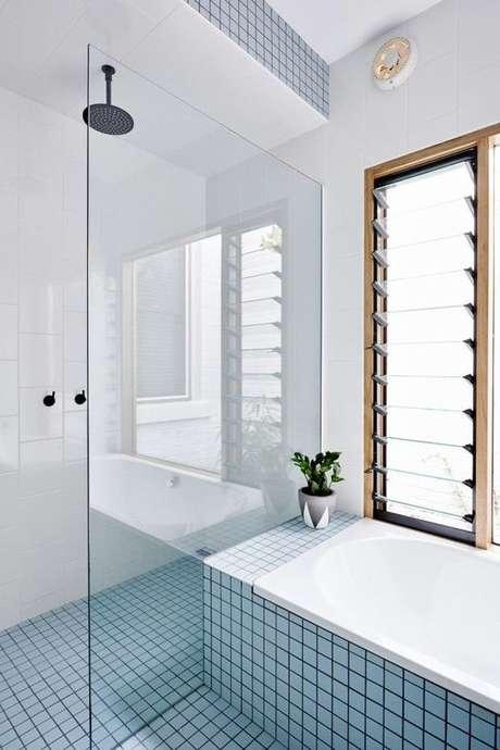 11. Banheiro com revestimento azul claro e branco – Via: Casa Vogue