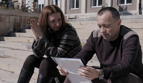 Colectiv. Equipe de investigadores do jornal romeno Gazeta Sporturilor, enquanto eles tentam descobrir uma grande fraude no sistema de saúde
