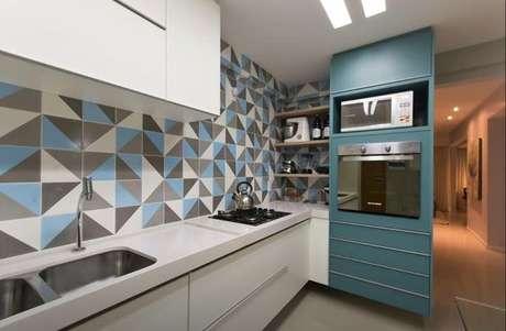 23. Cozinha com revestimento geométrico azul – Via: Casa Casada