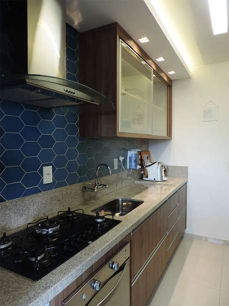 24. Cozinha com revestimento hexagonal azul – Via: Casinha Arrumada