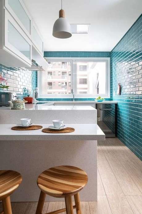 9. Revestimento azul turquesa com móveis brancos em destaque – Via: Marina Carvalho