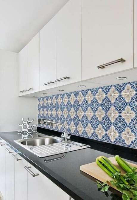 26. Cozinha decorada com armário brancos e azulejo azul – Via: Pinterest