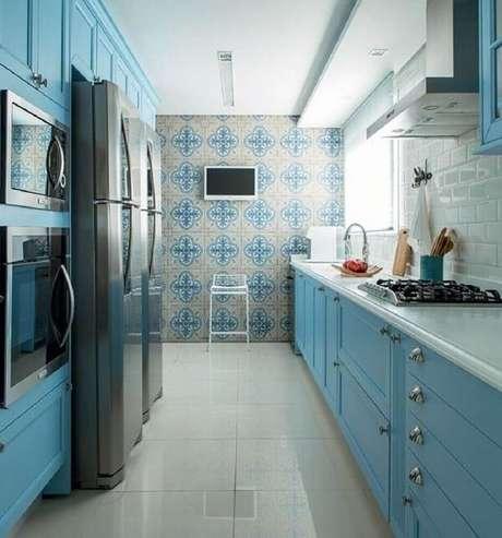 27. Decoração com azulejo estampado e armário de cozinha azul – Via: Beyato