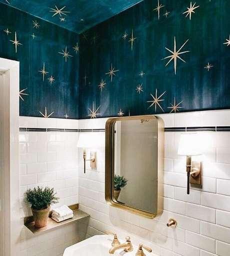 8. Revestimento azul com estrelas douradas – Via: Pinterest