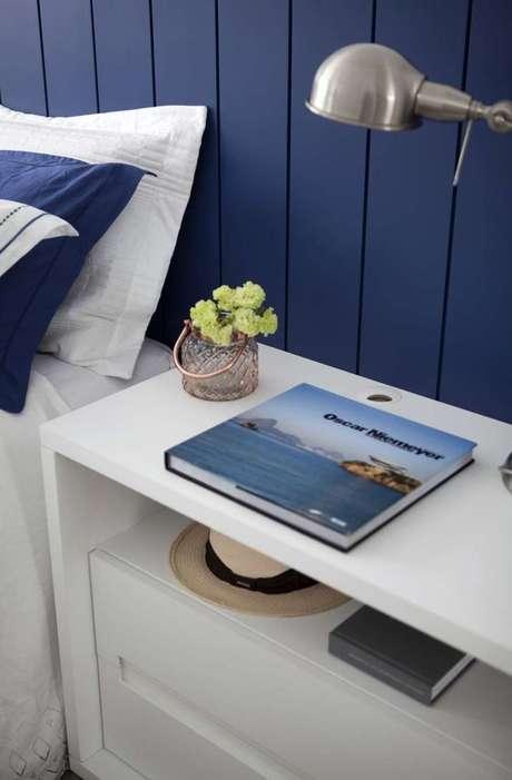 33. Revestimento azul de madeira para quarto – Via: Juliana Pippi