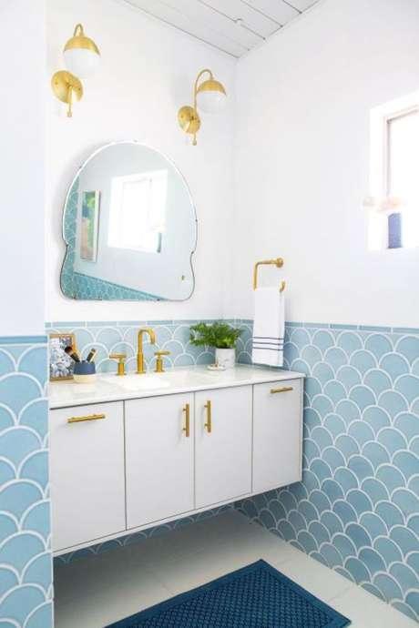 10. Revestimento azul no banheiro branco em tons suaves – Via: Casa Abril