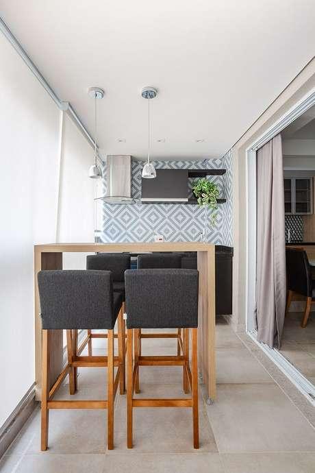 36. O revestimento também pode ser usado na varanda gourmet – Via: Rubiam Vieira Interiores