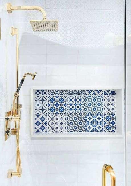 40. Revestimento azul no nicho de banheiro – Via: Arkpad