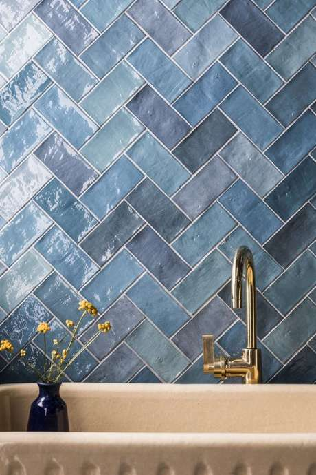 1. Revestimento azul geométrico – Via: Mandari Stone