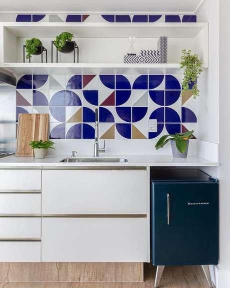 2. Revestimento azul geométrico – Via: Pinterest