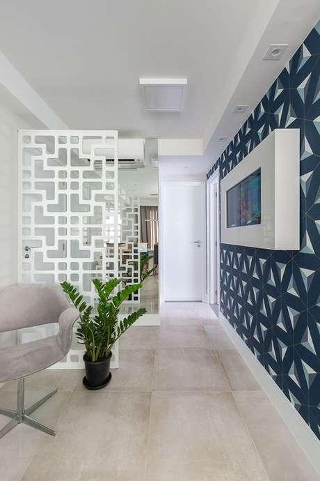 44. A sala de estar fica ainda mais bonita com um papel de parede – Via: Rubia Vieira Interiores