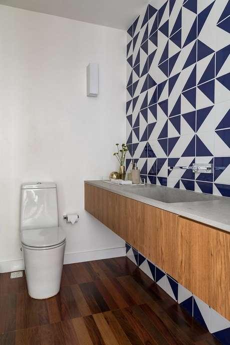 45. Lavabo com papel de parede geométrico azul – Via: Sala 2 Arquitetura
