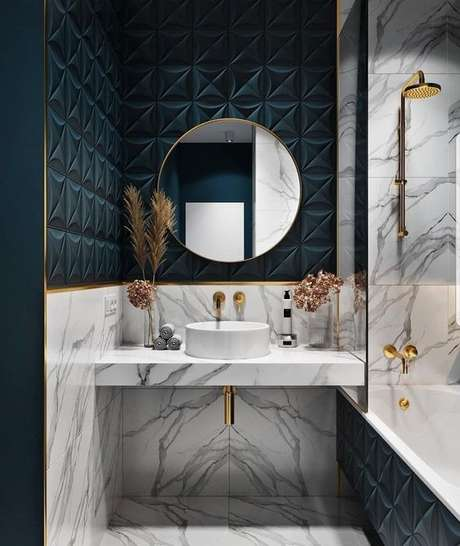 48. Revestimento azul marinho com detalhes em dourado no banheiro – Via: Arkpad