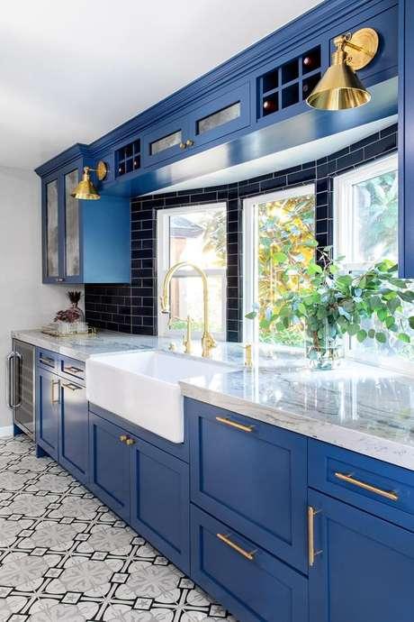 14. Cozinha azul com revestimento azul marinho – Via: Hudson Valley Lighting