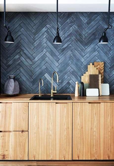 5. Revestimento azul na cozinha de madeira – Via: Homes to Love Au