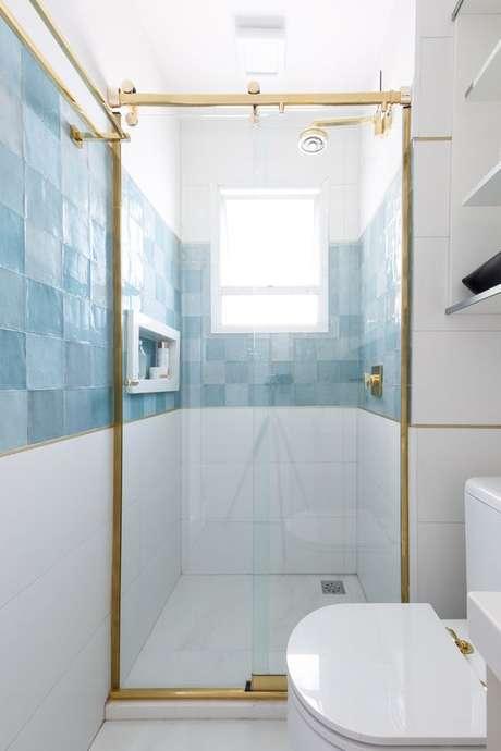 30. Revestimento azul no banheiro branco e dourado – Via: Espaço Projeto