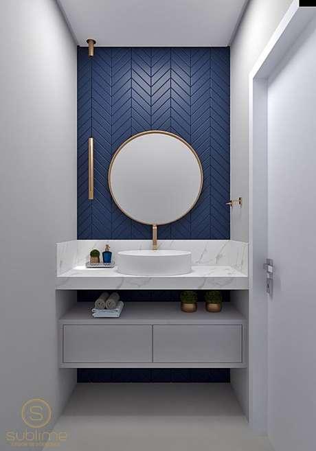 54. Escolha uma parede para destacar o revestimento azul para banheiro branco – Via: Pamela Kessel