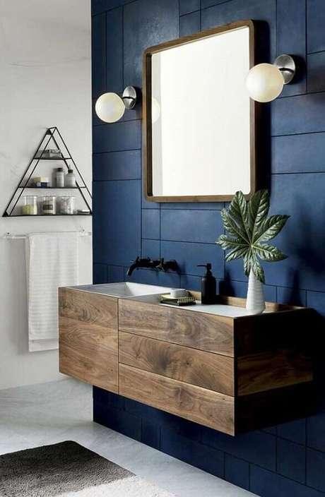3. Aposte no revestimento azul para seu banheiro moderno – Via: Revista VD