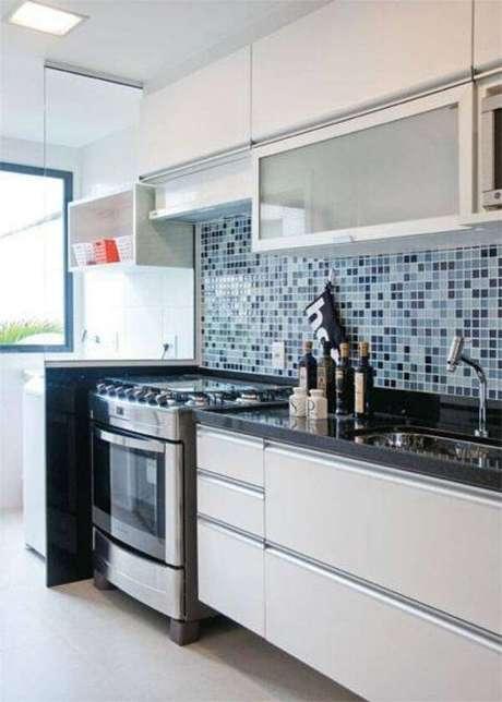 57. Aposte na cozinha branca com revestimento azul – Via: Casa Abril