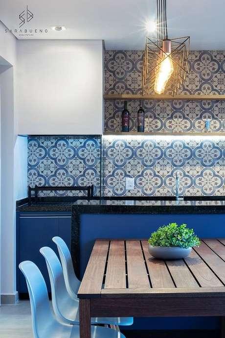 59. Revestimento azul para cozinha moderna – Via: Sara Bueno