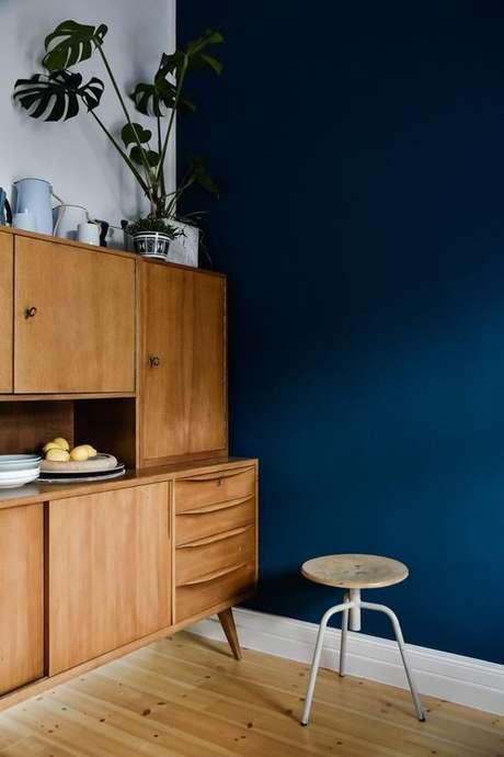 60. Cozinha com parede azul marinho moderna – Via: Casa Vogue