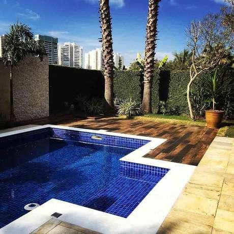 6. Capriche no revestimento azul para piscina – Via: Pinterest