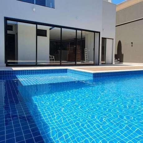 61. Revestimento azul para piscina grande e bonita – Via: Pinterest