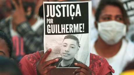 Grupo protesta contra o assassinato de Guilherme Guedes