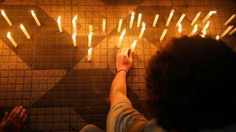 Velas acesas em protesto contra a morte de nove pessoas durante ação policial em São Paulo
