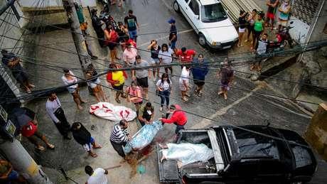 Bruno registra o momento em que moradores lidam com os mortos em uma operação policial que deixou 12 vítimas