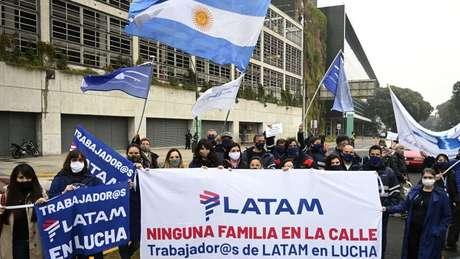 Funcionários da Latam Argentina fizeram protesto em Buenos Aires após a companhia anunciar fim de operações domésticas no país em julho de 2020
