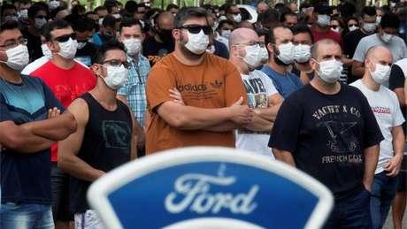 Funcionários da fábrica da Ford em Taubaté (SP) se reuniram em frente à unidade após empresa americana anunciar fechamento desta e outras duas fábricas no Brasil