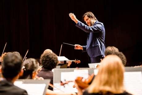 O maestro Carlos Prazeres na regência da Orquestra Sinfônica da Bahia
