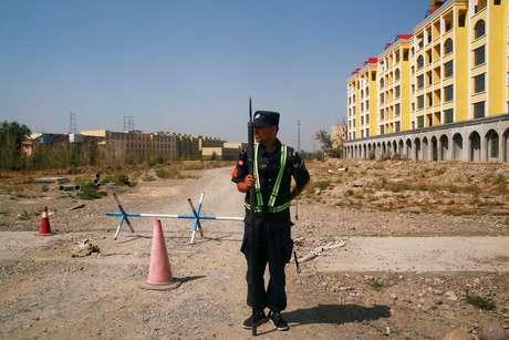 Policial em patrulha em torno do que é oficialmente chamado de centro de treinamento vocacional, em Yining, na região chinesa de Xinjiang  04/09/2018 REUTERS/Thomas Peter