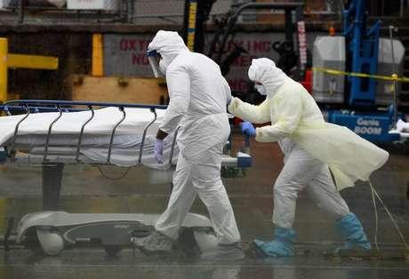 Remoção de vítima do novo coronavírus em Nova York