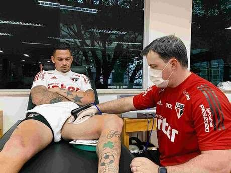 Luciano sege tratamento e presença contra o Athletico ainda é incerta (Foto: Divulgação/São Paulo)