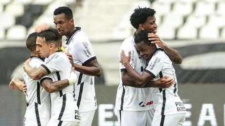 Gustavo Silva, Jô e Cazares estão garantidos mais uma vez no ataque titular (Foto: Rodrigo Coca/Ag. Corinthians)