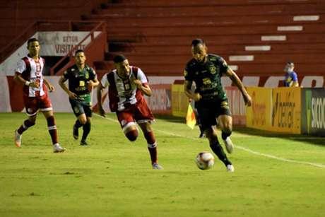 Timbu e Coelho fizeram um duelo com pouca inspiração ofensiva, apesar de muita vontade dentro de campo-(João Zebral/América-MG)