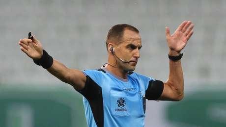 O uruguaio Esteban Ostojich tomou decisões cruciais pra definição do resultado (Foto: Cesar Greco/Palmeiras)