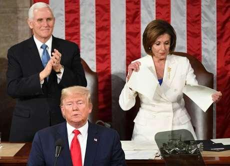 Mike Pence e Nancy Pelosi atrás do presidente Donald Trump, em fevereiro de 2020